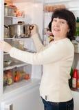 Зрелый женщины холодильник близко открытый стоковые фотографии rf