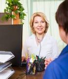 Зрелый доктор советуя с женским пациентом Стоковое Изображение