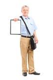 Зрелый почтальон держа доску сзажимом для бумаги Стоковое Изображение