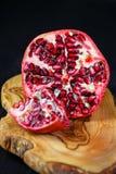 Зрелый плодоовощ гранатового дерева на деревянной предпосылке Стоковые Фотографии RF