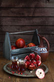Зрелый плодоовощ гранатового дерева с соком гранатового дерева на медной плите и коробке и кувшине плодоовощ на деревянной винтаж Стоковое Изображение