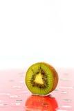 Зрелый плодоовощ кивиа отрезанный в половине Стоковые Изображения RF