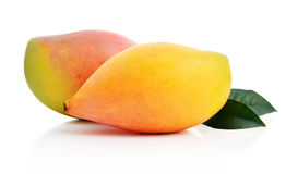 Зрелый плодоовощ манго с листьями стоковое фото rf