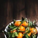 Зрелый плодоовощ мандарина на старом деревенском тимберсе взгляда/свежем мандарине o Стоковое Изображение
