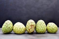 Зрелый плодоовощ cherimoya стоковое изображение