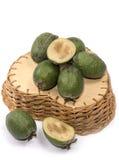 Зрелый плодоовощ feijoa в плетеной корзине Стоковая Фотография