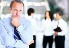 Зрелый смотреть бизнесмена стоковые изображения rf