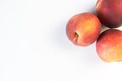 Зрелый сочный персик изолированный на белизне Стоковые Фотографии RF