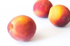 Зрелый сочный персик изолированный на белизне Стоковое Фото