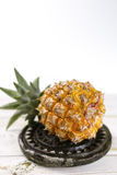 Зрелый сочный свежий ананас младенца на черном камне Стоковое Изображение RF
