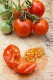 Зрелый томат вишни на деревянной доске Стоковые Фото