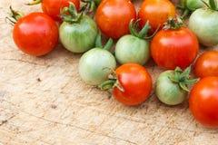 Зрелый томат вишни на деревянной доске Стоковые Изображения RF