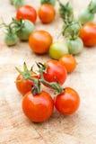 Зрелый томат вишни на деревянной доске Стоковые Изображения