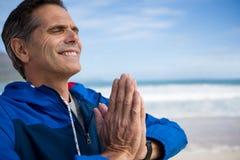 Зрелый человек выполняя йогу Стоковая Фотография