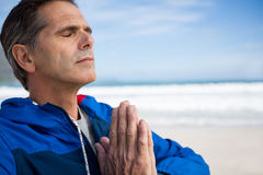 Зрелый человек выполняя йогу Стоковые Фото