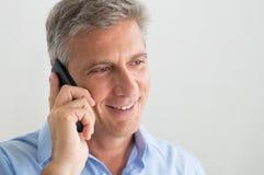 Зрелый человек говоря на мобильном телефоне Стоковая Фотография RF