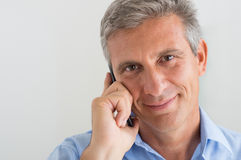 Зрелый человек говоря на мобильном телефоне Стоковые Фотографии RF