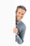 Зрелый человек держа пустой знак Стоковая Фотография RF