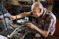 Зрелый человек делая плиту почтового ящика на машине Стоковая Фотография RF