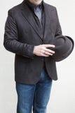 Зрелый человек нося куртку спорт Брайна стоковые фотографии rf