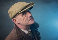 Зрелый человек одетый как английский гангстер 1920s Стоковое Изображение RF
