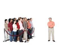 Зрелый человек стоя вне от толпы Стоковые Фото