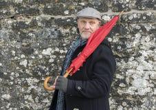 Зрелый человек стоя перед каменной стеной Стоковое Изображение