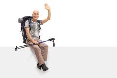 Зрелый hiker сидя на панели и развевать стоковая фотография rf