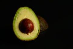 Зрелым половина разделенная авокадоом Стоковые Фотографии RF