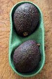 2 зрелых авокадоа в punnet Стоковое фото RF