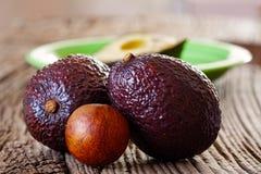 2 зрелых авокадоы и ядра авокадоа Стоковые Изображения