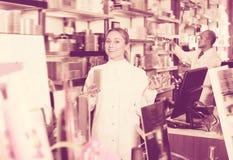 2 зрелых аптекаря стоя рядом с полками Стоковое Фото