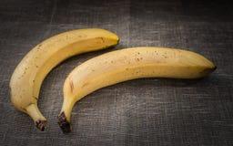 2 зрелых банана на дерюге Стоковые Фотографии RF