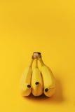 3 зрелых банана на желтом цвете Стоковые Фото