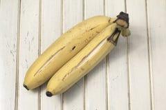2 зрелых банана на striped поверхности Стоковое фото RF