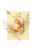 3 зрелых груши на белой плите на светлой бело-желтой пастели Стоковое Фото