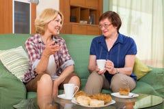 2 зрелых женщины выпивая чай Стоковые Изображения