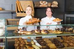 2 зрелых женщины в магазине печенья Стоковая Фотография RF