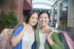 2 зрелых женщины в торговом центре Стоковое Фото