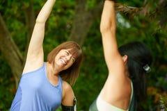2 зрелых женщины держа пригонку и streching перед jogging Стоковое Изображение RF