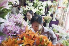 2 зрелых женщины смотря цветки в цветочном магазине Стоковые Изображения