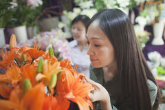 2 зрелых женщины смотря цветки в цветочном магазине Стоковая Фотография