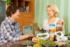 2 зрелых женщины с травами Стоковые Фотографии RF