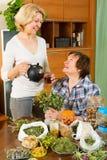 2 зрелых женщины с травами Стоковое фото RF