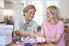 2 зрелых женщины шить лоскутное одеяло совместно Стоковая Фотография RF