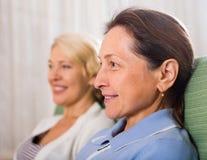 2 зрелых женщины Стоковые Изображения RF