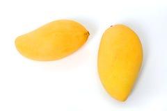 2 зрелых золотых манго на белизне Стоковые Изображения