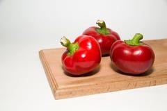 3 зрелых красного перца дальше над белизной Стоковое Изображение RF