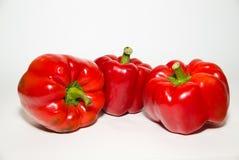 3 зрелых красного перца дальше над белизной Стоковое Фото