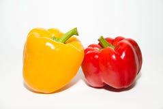 2 зрелых красных и желтых перца дальше над белизной Стоковая Фотография